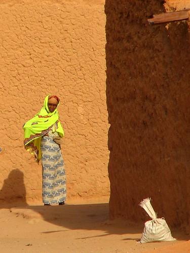 agadez niger sahara womanwithgreenshawl russellscottimages