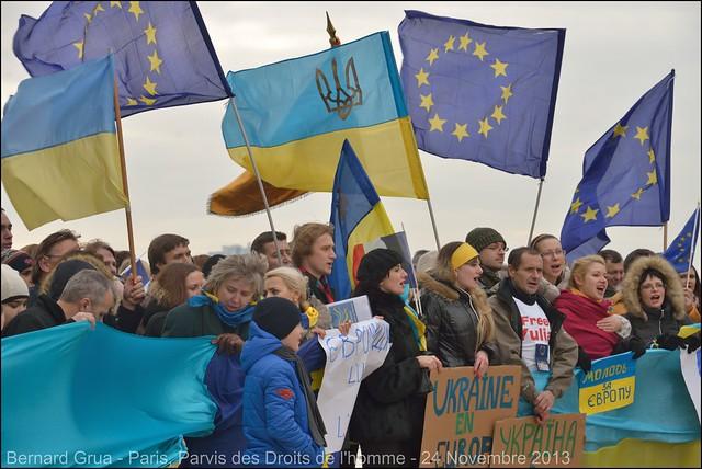 Drapeaux européens et drapeaux ukrainiens -Première manifestation Euromaidan à Paris, 24/11/2013 - photo Bernard Grua DR