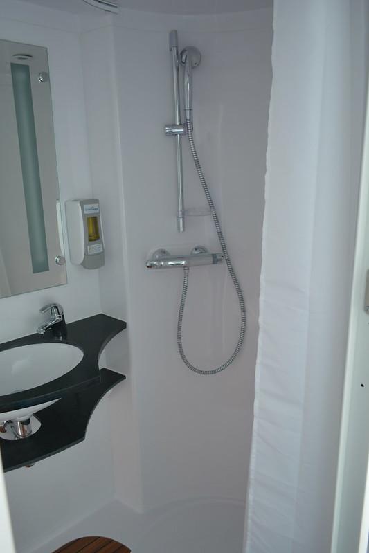Salle de bain des cabines - Visite du MS CYRANO DE BERGERAC - 17 mai 2013 - Bordeaux