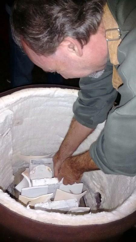 Dia do Ceramista 8 Colocando as peças no forno de Raku
