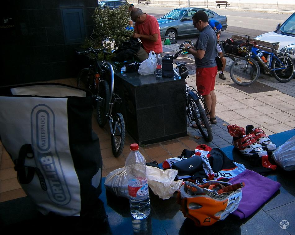 Arreglando el equipaje en las calles de Soria
