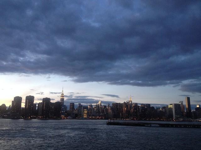 日, 2013-10-27 18:13 - GreenpointのEast River Ferry乗り場から見たマンハッタン