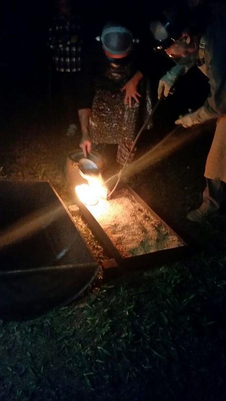 Dia do Ceramista 12 Retirada do forno e colocação  sobre a palha