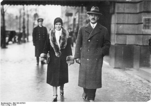 Eheleute Thomas Mann vor dem Hotel Adlon