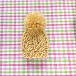 編みブローチ:ミニニット帽(縄編み:卵色)