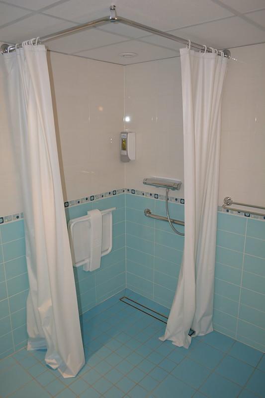 Vaste salle de bain dans la cabine PMR - Visite du MS CYRANO DE BERGERAC - 17 mai 2013 - Bordeaux