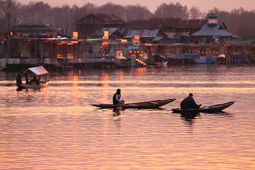 sunset india dusk kashmir srinagar jk warmlight dallake rowingboat jammukashmir dallakeactivities