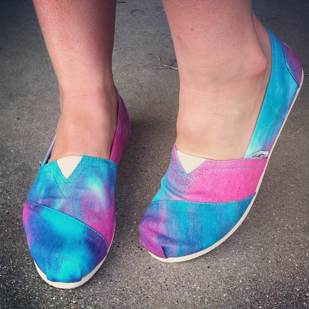 my tie-dye Toms are here! I LOVE THEM. thank you @annzas!!!!!!!