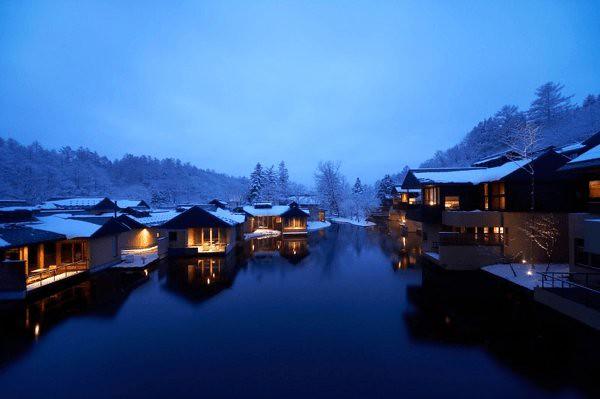 美しすぎる非日常。澄んだ空気に包まれた山あいの理想郷、星のや軽井沢 – Hoshinoya Karuizawa sumito, style4.info 美しすぎる非日常。澄んだ空気に包まれた山あいの理想郷、星のや軽井沢。長野県軽井沢にある星野リゾートが運営する「星のや 軽井沢」。 まさにリゾートというにふさわしいイノベーティブなこの旅館。 浅間山麓に広がる豊かな森に囲まれた谷あい。 ゆるやかに流れる川沿いに点在する離れの客室が、丘へと連なり、ひとつの集落のよう。 海外の美しい家屋などを紹介するサイトにてこ