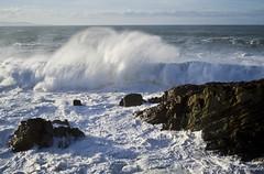 Ola rompiendo en la playa de la Ribeiría