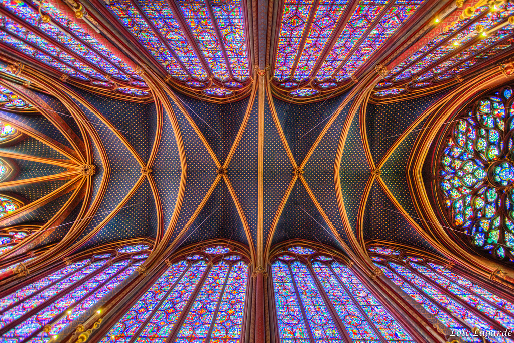 Stain glass and roof on second floor of la Sainte-Chapelle