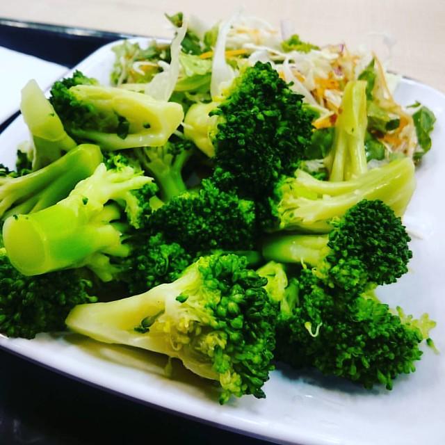 ブロッコリーを主食にして、チキンソテーをいただく。 #痩せるんや #ブロッコリー