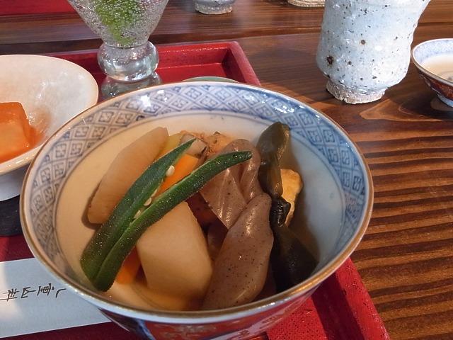 <p>h)温かい炊き合わせ</p>