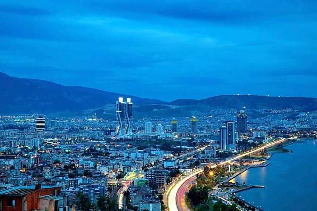 İzmir için iftar vakti.  #hasankoca #izmir #turkey #zonguldakfotografdernegi #ig_dynamic #ig_serenity #ig_namaste #severekcekiyoruz #anilarinisakla #hayattancokcekiyoruz #canontr  #HayatSokaklarda #sokakfotografciligi #worldstreetfeature #street_photo_clu
