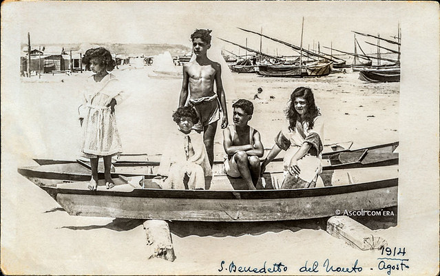 Ascoli com'era: San Benedetto del Tronto, giovanissimi sulla spiaggia (~1918)