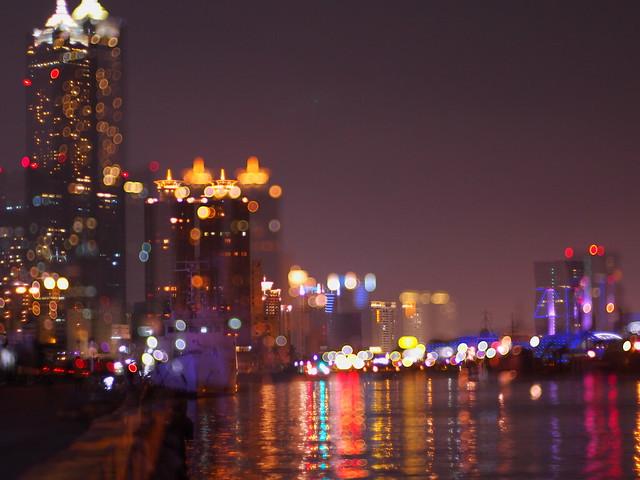 迷茫的...港都雨夜 (Rainy night in Kaohsiung..blurred view)