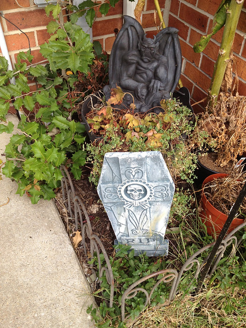 C&L Prop Tombstone RIP Cross Skull and Rubber Gargoyle