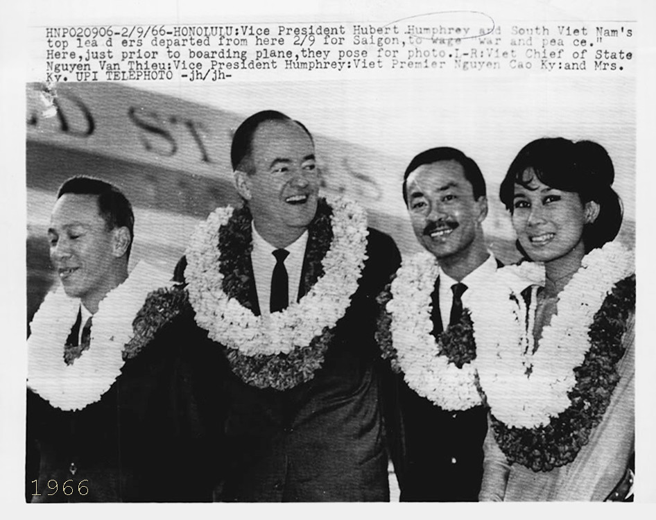 1966 VP HUMPHREY WITH MR AND MRS CAO KY AND NGUYEN VAN THIEU - WIRE PHOTO