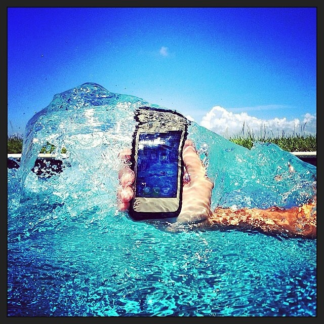 Estuches resistentes al agua para #iPhone 5, 5c y 5s y #Galaxy S4 de venta en @compudemano #cadadíamejor #lifeproof #apple #samsung #waterproof #case #smartphone