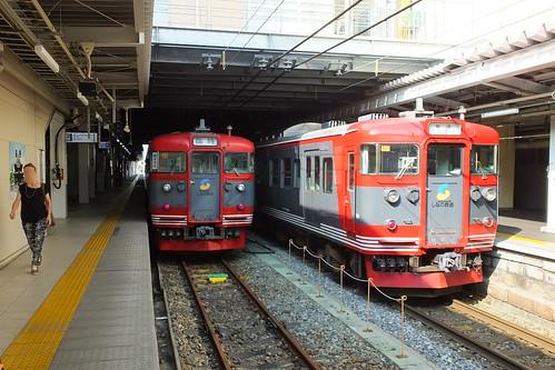 長野駅。JR信越本線を通じて乗り入れる しなの鉄道線の列車と並ぶ。電車は主に旧国鉄115系が使われる。