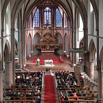 Ansicht vom Chor der Kirche im neugotischem Stil während der Predigt