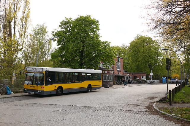 S-Bahn Ersatzverkehr zwischen Berlin Wannsee und Potsdam Hbf auf dem Bahnhofsvorplatz von Griebnitzsee.