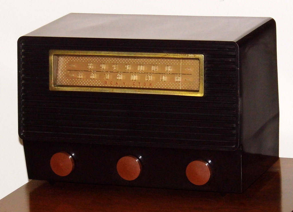 Vintage RCA Victor Two-Band (AM-FM) Table Radio, Model 8-X