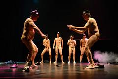 Todos los miembros del equipo bailando desnudos.  Fotografía cedida por el fotógrafo local Óscar Blanco Gutiérrez