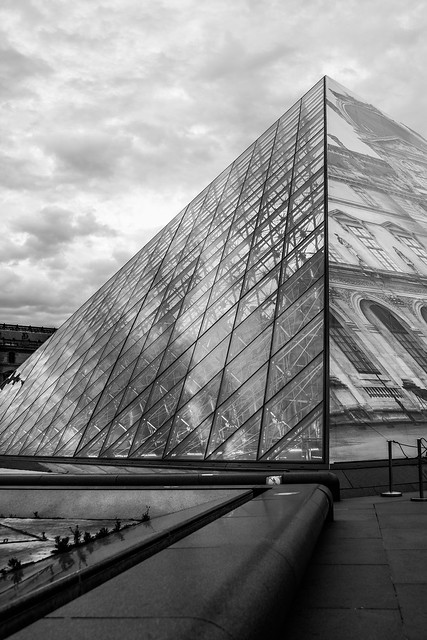Pyramide du Louvre n&b