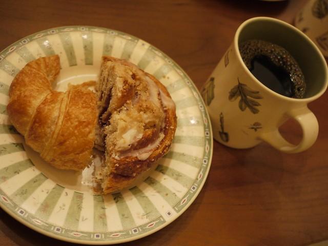 火, 2014-02-04 08:53 - Baked in Telluride のクロワッサンとシナモンロール、コーヒー