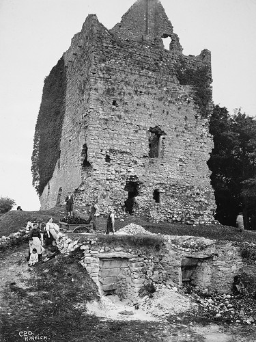 dunmorecastle galway ireland connacht connaught castles ruins ivy ferns children limekilns workers dogs donkey cart aprons barefoot hats ash congesteddistrictsboard robertwelch robertjohnwelch nationallibraryofireland cdbphotographiccollection rjwelch cane 20thcentury