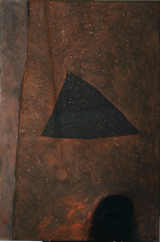 Rojo dominante con triángulo negro.