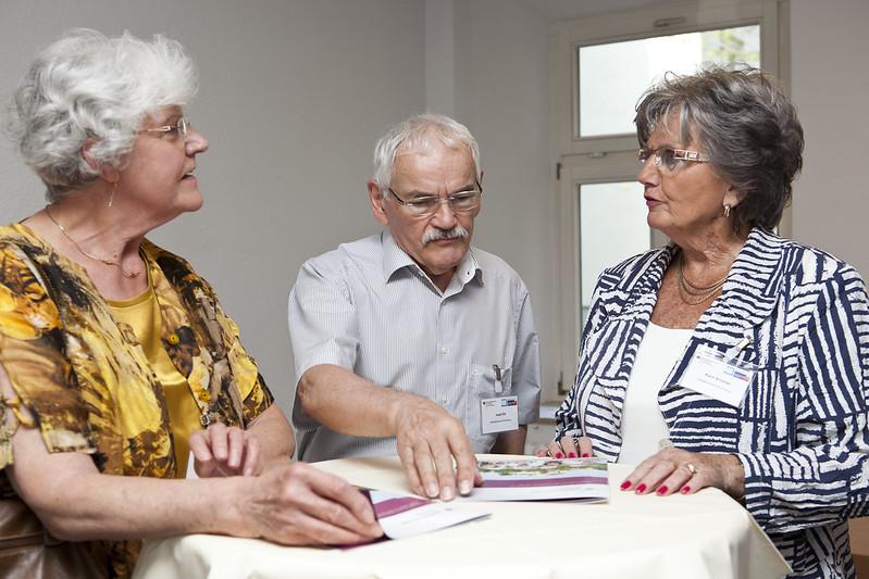 Die Geladenen Seniorinnen und Senioren tauschen sich aus.