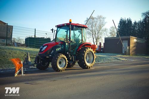 TYM Traktor T503 mit Schneeschild und Streuer