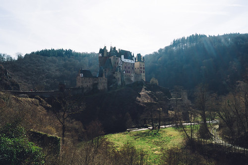 sony explore sonyslta58 deutschland photography inspired inspiring exploring germany camera flickr traveling outdoors day eltz buildingexterior pointofview green brown botany castle builtstructure grass idyllic tranquility travelling architecture