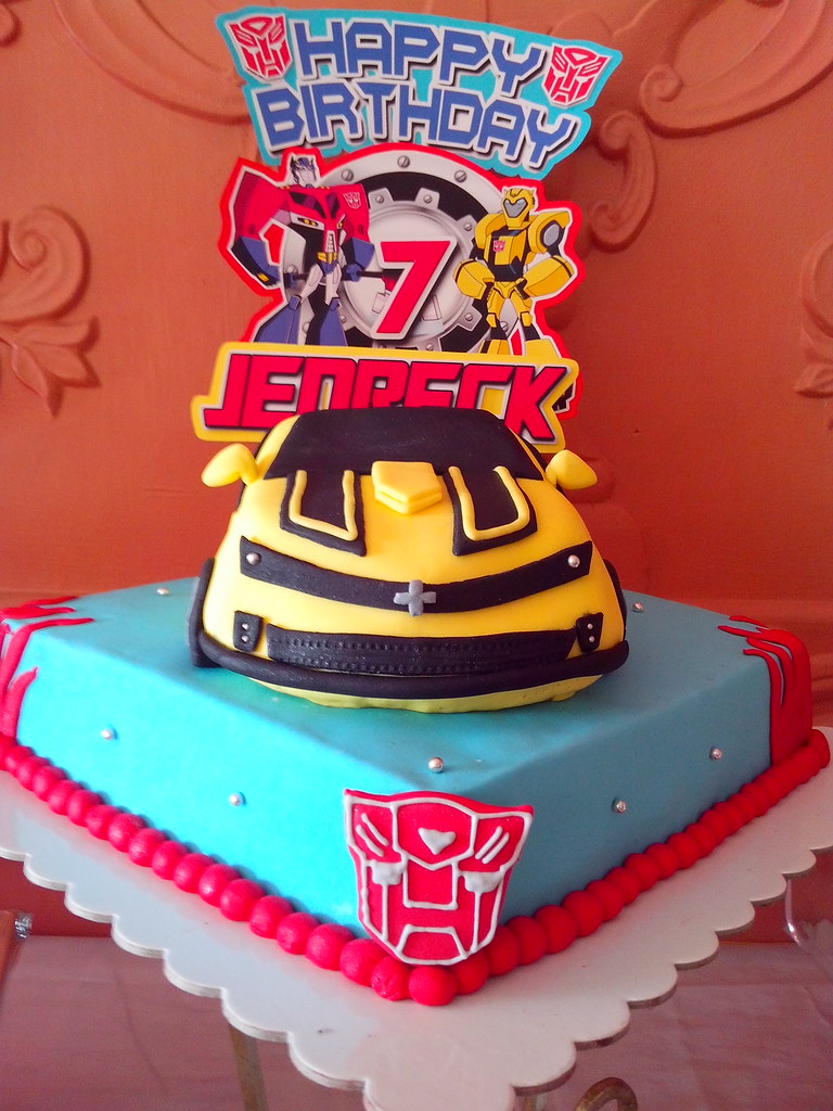 Pleasant Transformers Birthday Cake This Amazing Fondant Bumblebee Flickr Funny Birthday Cards Online Elaedamsfinfo
