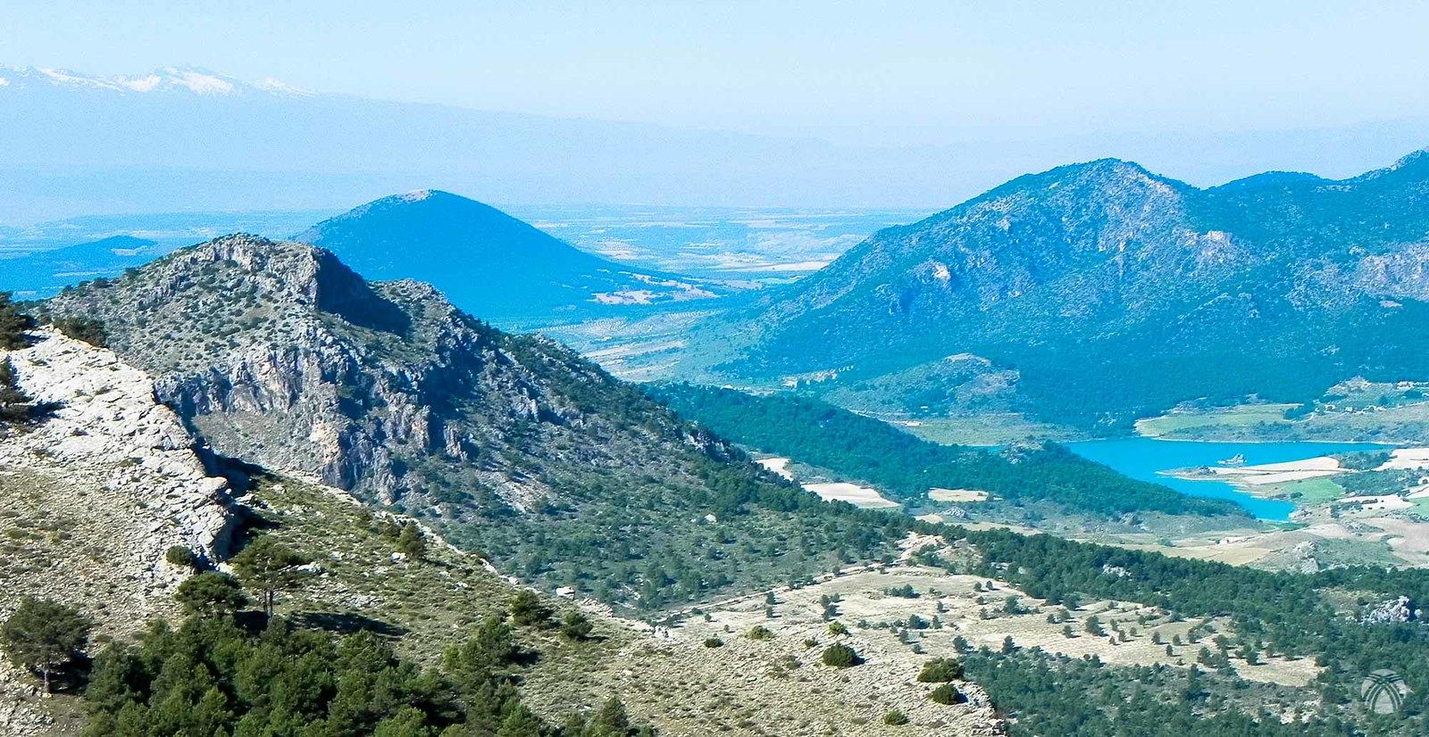 Vistas hacia el sur: embalse de San Clemente y Sierra Nevada al fondo