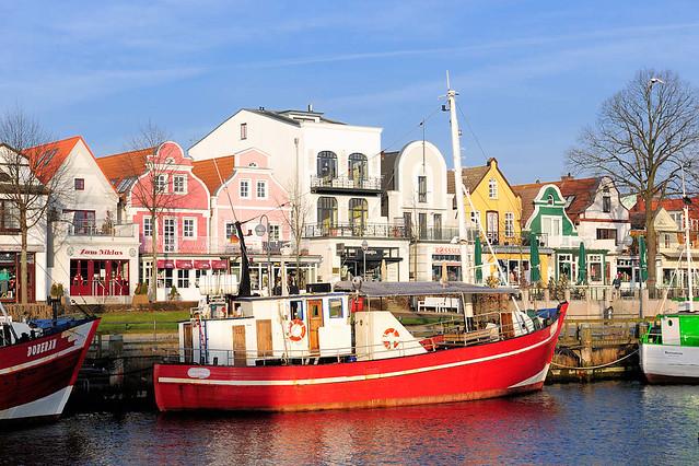 8217 Roter Fischkutter im Hafen von Warnemünde / Alter Strom - historische Architketur, Wohnhäuser an der Promenade vom Ostseebad Warnemünde.