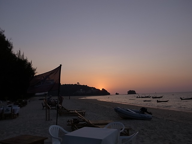 <p>f)ナイヤンビーチに日が沈む</p>