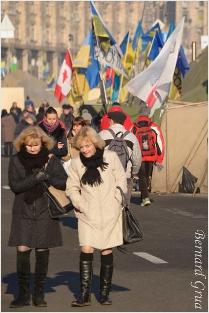 Femmes se rendant à leur travail en traversant le Maidan  Kiev, Ukraine - 24/12/2013 - photo Bernard Grua DR