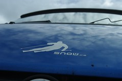 snowrider ujíždí lavině