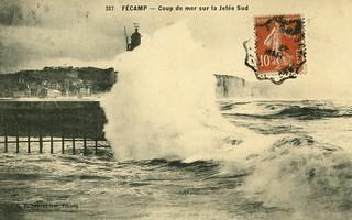 Fécamp: coup de vague sur la jetée Sud | by Simenon.com