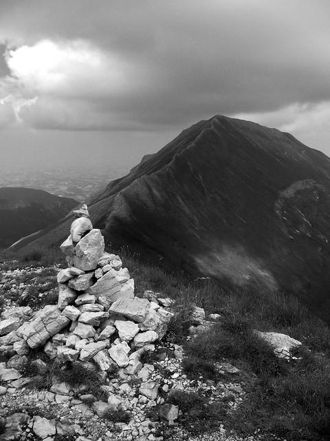 Omino sulla cima del Pizzo Berro sullo sfondo del Monte della Priora