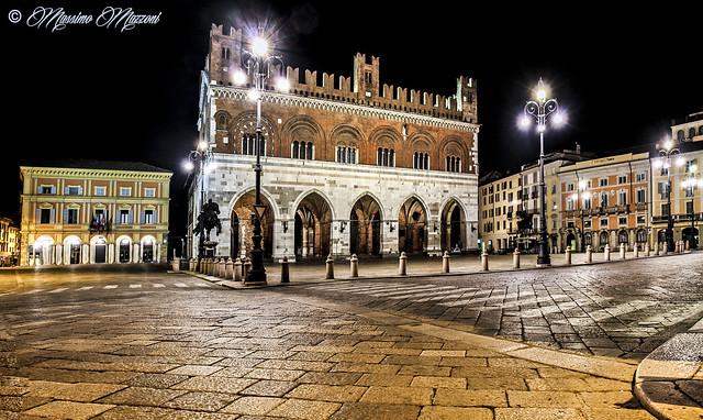 PIACENZA - Piazza Cavalli nella notte