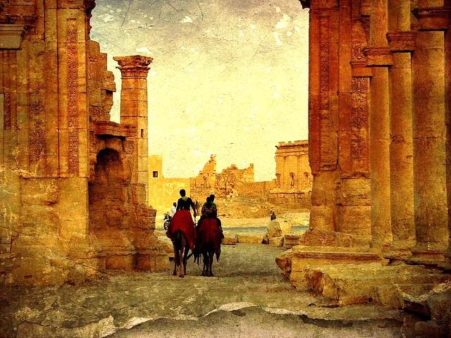 Syrien , Palmyra ,  Ritt am Spätnachmittag zwischen Säulen , 2427