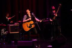 En la imagen se puede ver a Coque Malla en un momento de su actuación cantando y tocando la guitarra.  Fotografía cedida por Óscar Blanco Gutiérrez