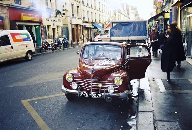 Paris, rue Oberkampf: une 4CV Renault en très bon état