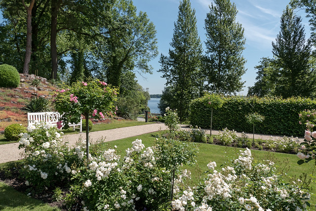 Berlin-Kladow, Landhausgarten Dr. Max Fränkel: Blick vom Rosengarten zur Havel - View across the rose garden to the river Havel
