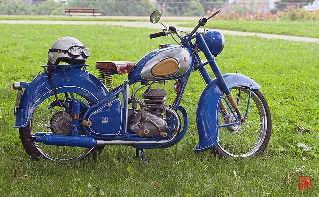 Moto Peugeot 1953 Type 55 sur le gazon