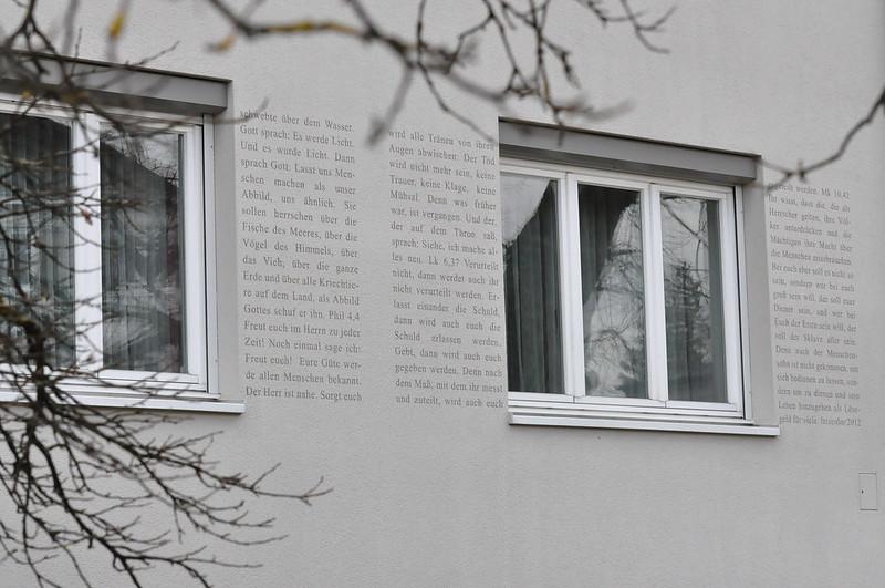 Texte aus der Bibel als Fensterläden